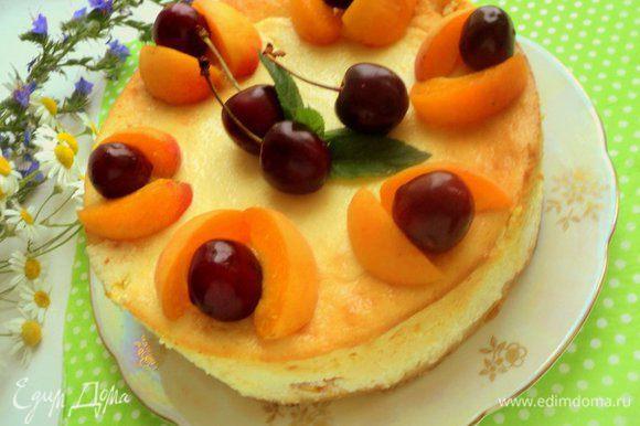 Украсить творожник абрикосами и вишней-черешней.