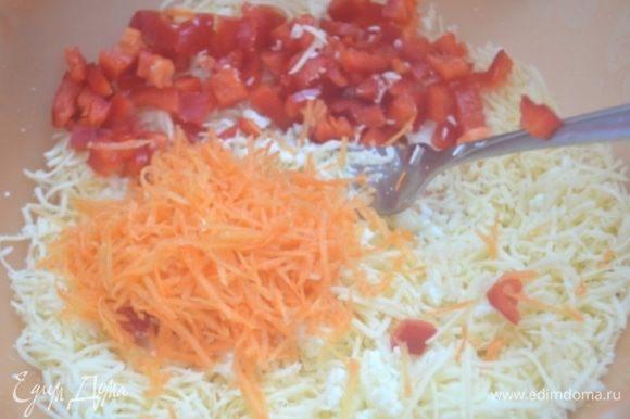 Сыр также мелко натереть, зелень мелко нарубить, добавить сырое яйцо и все перемешать как следует. Посолить и поперчить (можно по вкусу чем -нибудь приправить)