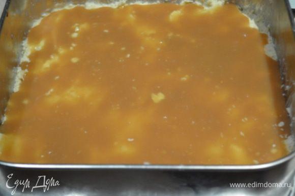 Распределить по тесту карамель ровным слоем, напоминаю, что не вся карамель идет в пирог, примерно третья часть.