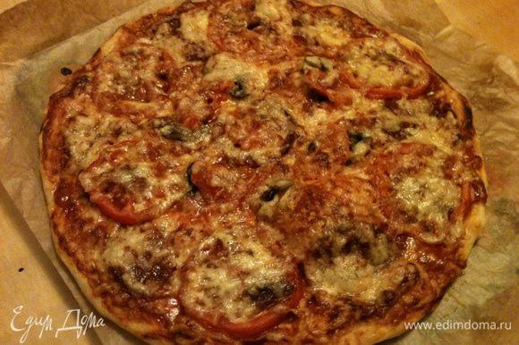 Немного времени и наслаждаемся тонкой, хрустящей пиццей!