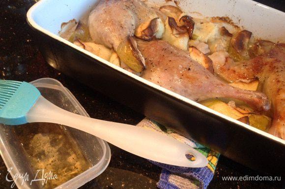 Смешайте соевый соус с медом, смажьте им утку за 10 минут до готовности.