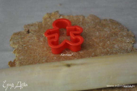 На рабочем столе раскатываем тесто не тонко, вырезаем формочкой имбирный человечек.