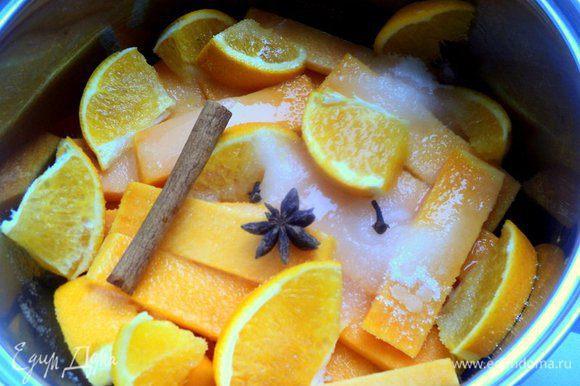Из тыквы специальной ложкой вырезать шарики для украшения, остальную тыкву (для теста и для тыквенного мусса) порезать пластинками или кусочками, выложить в сотейник. Добавить сахар, воду, порезанный кусочками апельсин, палочку корицы, гвоздику, бадьян и варить 20 минут.