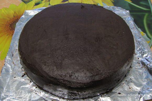 Достаем торт из холодильника и начинаем выравнивать поверхность под мастику.Убираем торт до застывания в холодильник