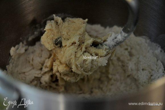 В миксере смешать молоко теплое с дрожжами, мукой, солью, лимонным экстрактом. На средней скорости взбивать и добавлять по одному кусочку масла за раз после каждого взбивания.