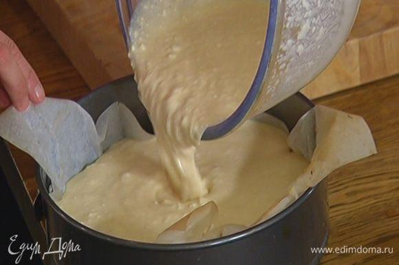 На подпеченный корж вылить творожную начинку и вернуть в духовку еще на 30 минут.