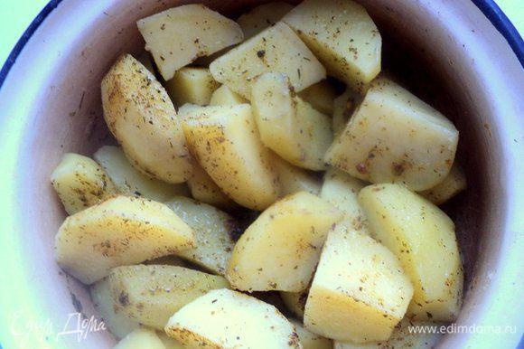 Картофель почистить, разрезать на четвертинки, залить горячей водой, посолить, довести до кипения и варить 5 минут. Воду слить. Посыпать картофель специями для картофеля или итальянскими травками, полить растительным маслом.