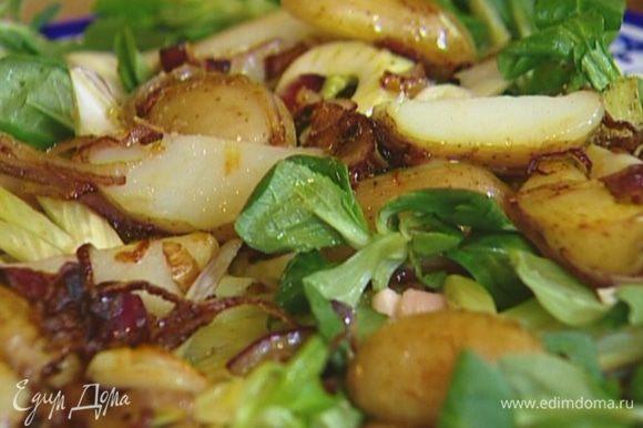 На кальмары поместить фенхель, затем листья салата и все перемешать. Сверху выложить картофель с луком, присыпать каперсами, сбрызнуть лимонным соком, посолить и поперчить.