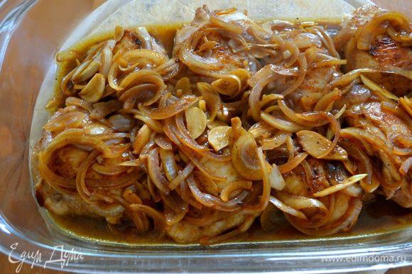 Залить куриные бедрышки маринадом и поставить в разогретую до 200°C духовку запекаться минут на 25-30. Если лук начнет подгорать, прикрыть блюдо фольгой...