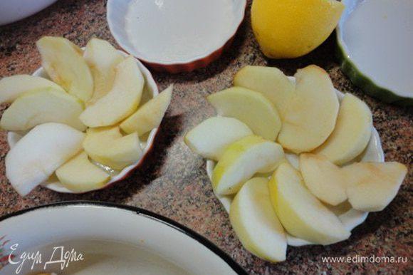 Керамические порционные формочки смазать немного оливковым маслом и выложить дольки яблок, как показано на фото.