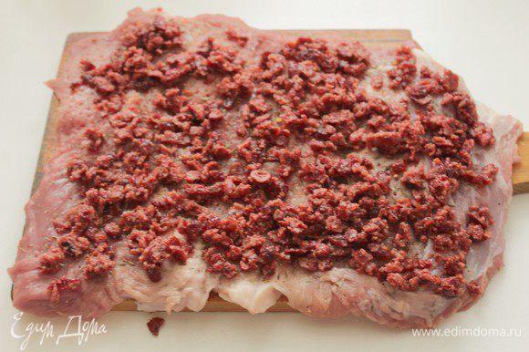 Клюкву измельчить в блендере, выложить на мясо.