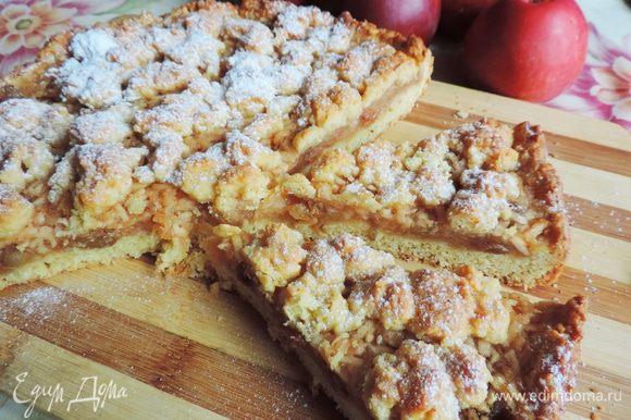 Выпекаем пирог в разогретой до 180 градусов духовке 40-50 минут. Пирог должен сверху зарумяниться, но следите, чтоб он не подгорел. Перед подачей полностью охладить и посыпать сахарной пудрой.