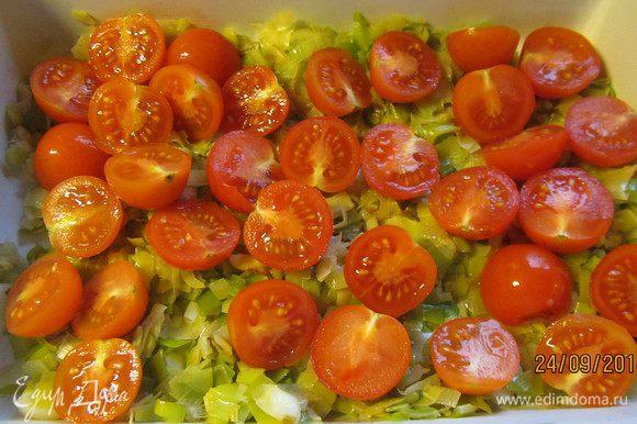 В форму для запекания выкладываем лук и помидорчики. Поливаем половиной соуса.