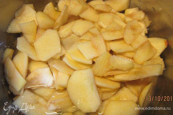 Кладем их в кастрюлю, заливаем лимонным соком и водой. Доводим до кипения и варим 10 минут, до готовности. Откидываем яблоки на сито и протираем в пюре. Смешиваем с отваром. Я просто всю массу взбила погружным блендером. Здесь на Ваше усмотрение: для более однородной консистенции лучше пропустить яблоки через сито.