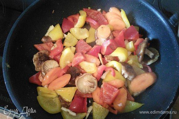 Сперва на разогретом масле поджарим перцы, морковь, шитаке (замороженные), чили и чеснок. 2 мин достаточно. Огонь средний.