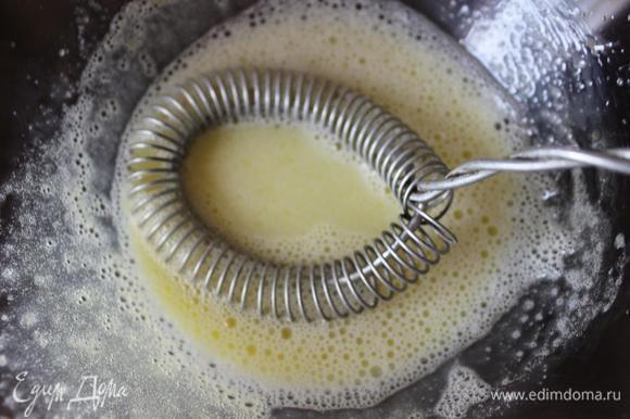 Хорошо взбить венчиком желтки с парой столовых ложек молока из кастрюли и, тщательно помешивая молоко, тонкой струйкой вылить их в суп.