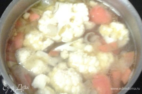 Затем кладем цветную капусту, разобранную на соцветия, варим овощи до мягкости еще минут 10.