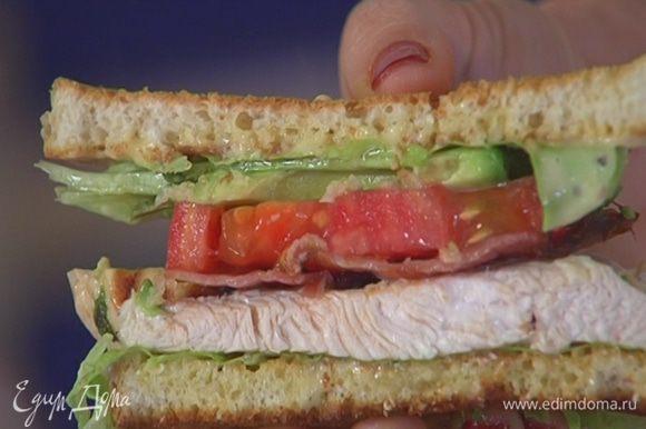 Накрыть оставшимися тостами с салатом и разрезать пополам наискосок.
