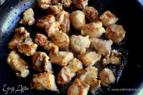 Мясо порезать кусочками 3х2 см, посыпать перцем, кориандром и быстро обжарить на разогретой сковороде в растительном масле до румяной корочки.