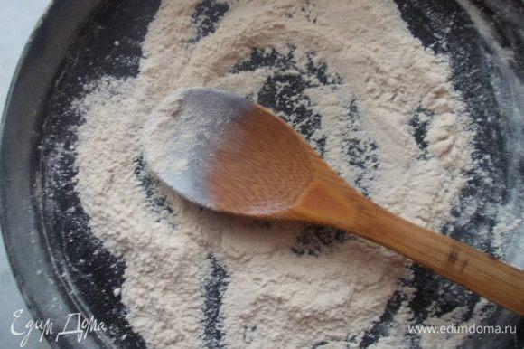 На сухую сковороду насыпать муку и помешивая,довести ее до бежевого цвета на медленном огне.Так у соуса не будет привкуса муки,который не очень приятен.