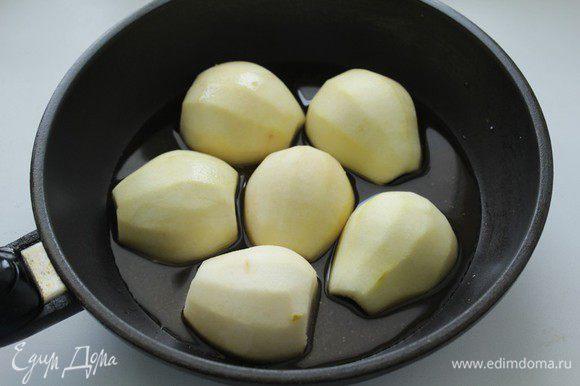 Груши очистить от кожицы, разрезать вдоль пополам, вынуть косточки и жилки. В сковородке нагреть сахар с водой, когда сахар растворится добавить ром. В полученной карамели обжарить груши по 2-3 минуты с двух сторон. Остудить.