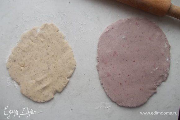 Поделить каждую часть напополам,одну часть орехового и одну часть малинового теста раскатать,не сильно тонко.
