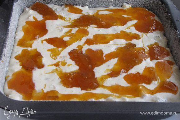Затем слой апельсинового джема. У меня не было апельсинового джема, заменила абрикосовым.