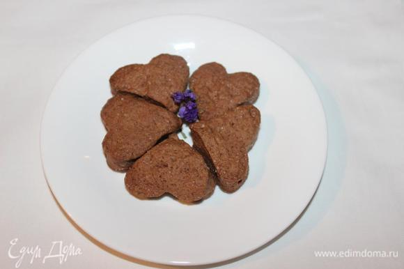 Можно класть начинку, делать посыпку и т.д. Сегодня пекла шоколадное. Для него добавила в тесто 1 ст.л. какао, но муки добавила меньше, где-то 130 грамм.