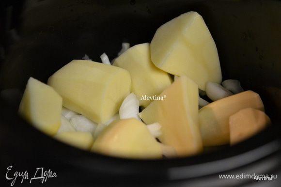 Срежем лишний жир с куска говядины,если имеется. В медленноварку или мультиварку, в жаровню на дно выложим порезанную луковицу кругами,затем очищенный картофель и порезанный на части.