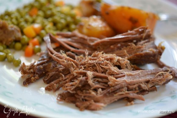 Подаем говядину с картофелем и дополнительными овощами. Полить мясным соком по желанию . Приятного аппетита.