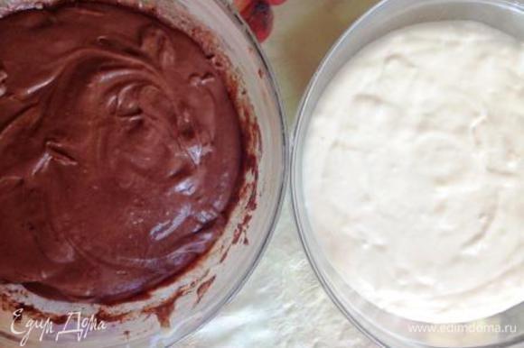 Тесто делим на 2 равные части, в 1 из которых добавляем какао и перемешиваем.