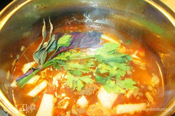 Для аромата положил по веточке базилика и петрушки и пару листиков лаврушки перевязанных ниткой. Ну конечно нужно посолить. По желанию можете добавить любые приправы и пряности. Вообще-то нужно было добавить чили, но, в моем случае, его достаточно в свинине.