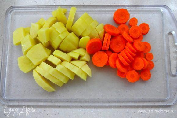 Картофель нарезать кубиками, морковку кружочками.