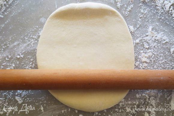 Пока занимались начинкой, тесто стало готовым к формированию самсы. Берем колобок и начинаем раскатывать его.