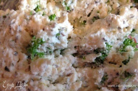 Пока курочка остывает, займемся сырными шариками: разминаем вилочкой сыр Фета (или другой мягкий сыр по вашему вкусу), для дополнительной мягкости можно добавить ложечку майонеза или сливок, или сметаны. Выдавливаем в массу чеснок, добавляем мелко нарезанный укроп и сухой базилик, тщательно перемешиваем с лепим шарики (как из пластилина).