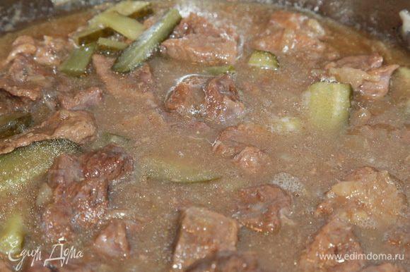 Огурцы и соус добавляем к мясу и тушим все вместе минут 5.
