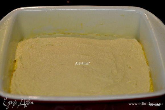 Добавляем смешанную муку с пищевой содой в три приема, после каждого перемешиваем, затем кефир. Вылить тесто в форму, распределить лопаткой.