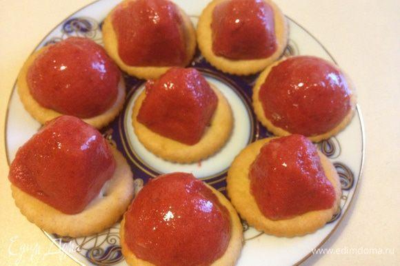 Предлагаю такой вариант подачи. На печеньки крекер нежные выложить наши лукумчики. Мои детки были в восторге!:) Приятного аппетита!