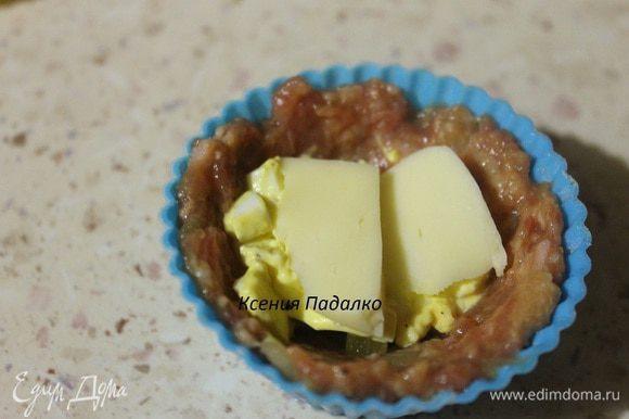 А сверху ломтик сыра. Запекаем в заранее разогретой до 190 градусов духовке 30-35 минут.