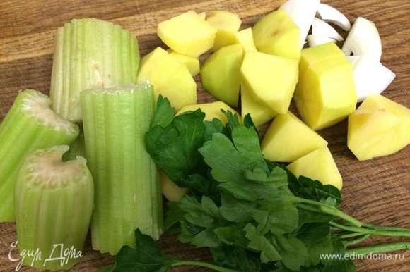 Подготовить все овощи: брокколи помыть и разбрать на соцветия, сельдерей и петрушку помыть, картофель и лук почистить. Лук, картофель и сельдерей нарезать крупными кусочками. Кастрюлю с овощным бульоном (или водой) поставить на огонь. Как только бульон закипит, положить лук, картофель, сельдерей и петрушку. Варить овощи в бульоне 10 минут на умеренном огне.