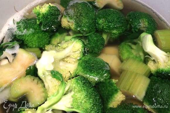 Затем добавить брокколи, соль, черный молотый перец и варить суп еще 10-12 минут. Убрать кастрюлю с огня, измельчить овощи в пюре с помощью погружного блендера. Густоту супа можно регулировать, если перед взбиванием овощей отлить один половник овощного бульона в чашку и постепенно добавлять его до нужной консистенции супа.