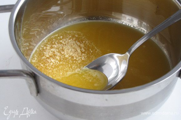 Сок процедить. Половину сока смешать с желатином. Размешать и дать желатину набухнуть.