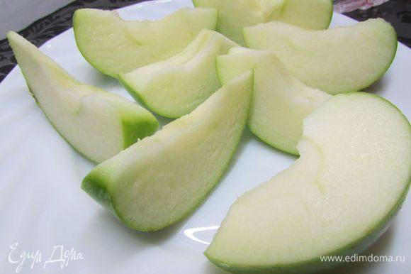 Яблоко разрезать пополам, удалить сердцевину с семенами, мякоть нарезать ломтиками.