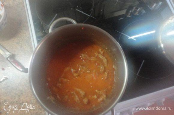 Лук нарезать полукольцами, добавить к мясу и обжарить до золотистого цвета. Добавить муку, томат, острый соус, влить сметану и бульон или горячую воду. Довести до кипения, и продолжить тушить на маленьком огне до готовности.