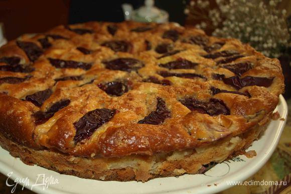 Вынимаем из духовки готовый пирог, даем полностью остыть в форме. Выкладываем на блюдо.