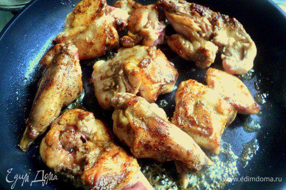 Обжарить кролика на сковороде на топленом масле до румяной корочки.
