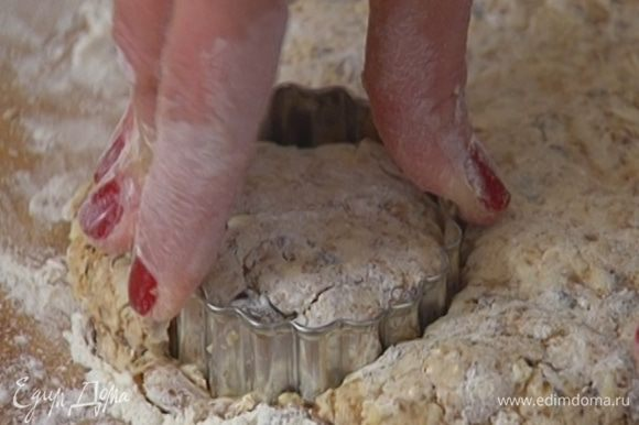 Рабочую поверхность присыпать оставшейся мукой, выложить тесто, сформировать из него пласт толщиной полтора-два сантиметра и формочкой или кондитерским кольцом вырезать булочки.