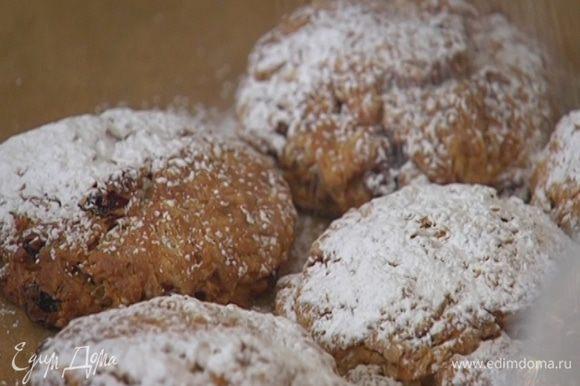 Готовые булочки посыпать сахарной пудрой.