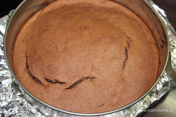 Освободим от боковин формы, пройдясь ножом по диаметру, снимем бумагу, перевернув пирог.