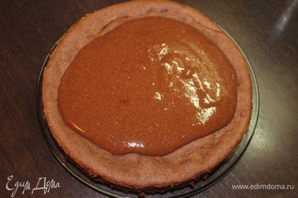 Перевернем его обратно на сервировочное блюдо и польем соусом, который можно приготовить, пока пирог остывает. Можете использовать свою любимую глазурь или обойтись без нее вовсе.